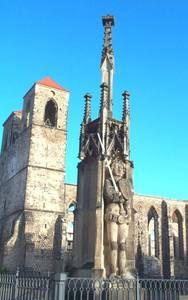 Der Zerbster Roland und die Ruine der Nicolaikirche
